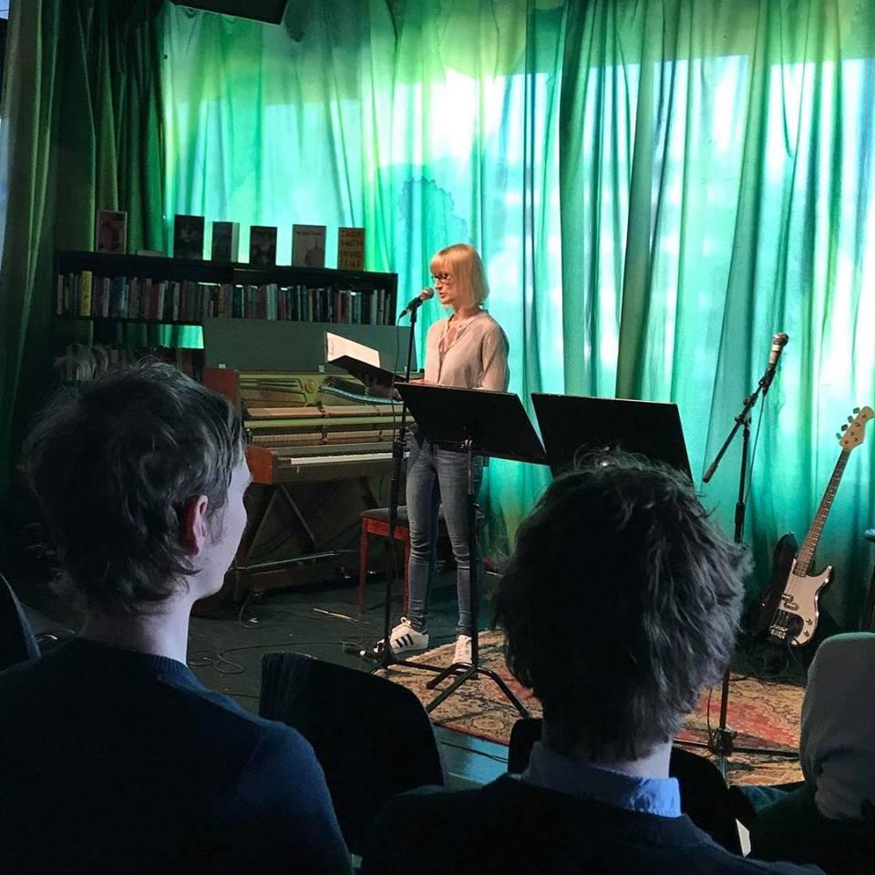 Anna Granberg läser ur sitt manus på Kulturhuset.