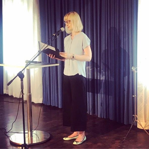 Anna Granberg läser ur sitt manus på Signalfabriken.